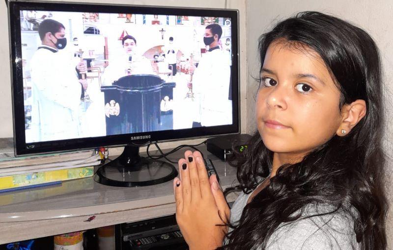 abadiania-retorna-da-catequese-crianca-participando-na-missa-pela-tv