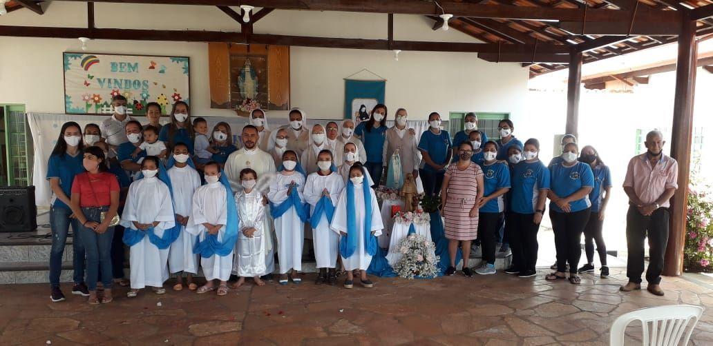 abadiania-todos-juntos-no-final-da-missa-em-honra-a-Madre-Rivier