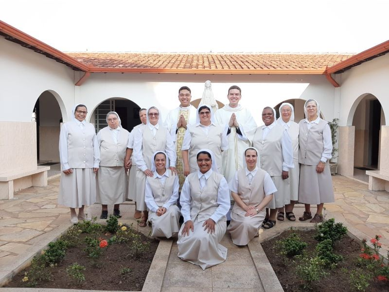 Miranapolis-irmas-e-dois-neo-sacerdotes-diocesano-Copy