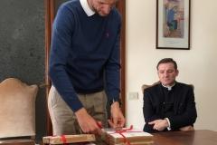 Mgr Gianpaolo Rizzotti regarde M. Frederico Favero en ouvrant les Actes.