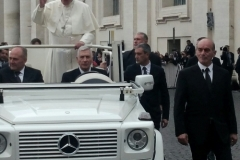 POPES-TOUR-AROUND-THE-PIAZZA